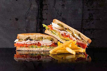 Клаб-сэндвич с курицей и яйцом