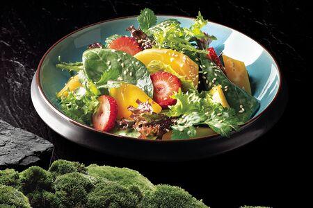 Манго салат с клубникой