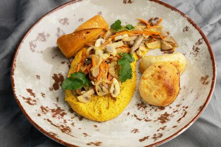 Хумус из нута с овощным соте