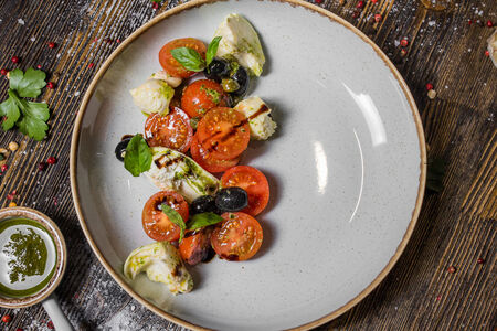 Салат Капрезе из спелых томатов с моцареллой и песто