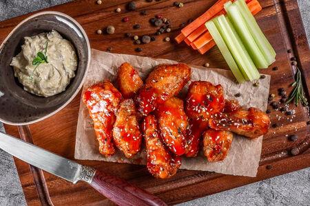 Куриные крылья с овощами и соусом