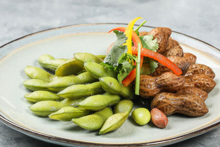 Салат с обжаренными бобами эдомаме и арахисом