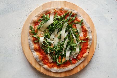 Пицца руккола и пармезан