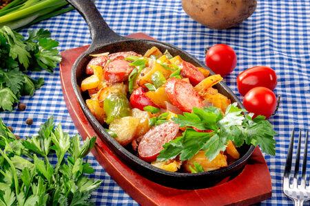 Сковородка с копченой колбаской и паприкой