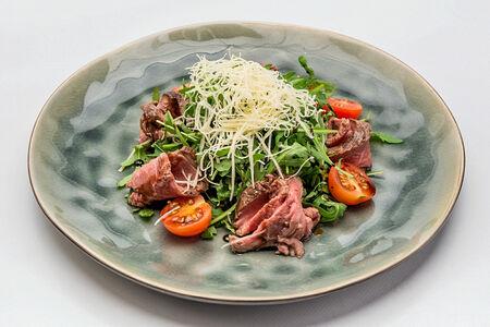 Салат с рукколой и ростбифом