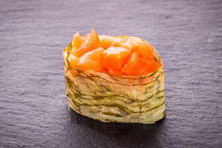 Суши Хоккайдо гункан с лососем