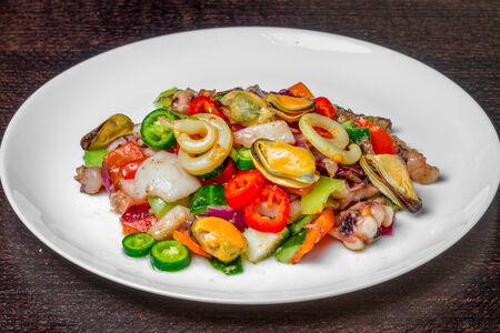 Острый салат с морепродуктами