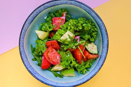 Салат из томатов и авокадо