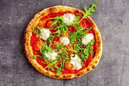 Пицца Страчателла с томатами черри и рукколой
