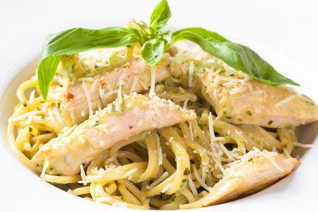 Спагетти с куриной грудкой и соусом Песто