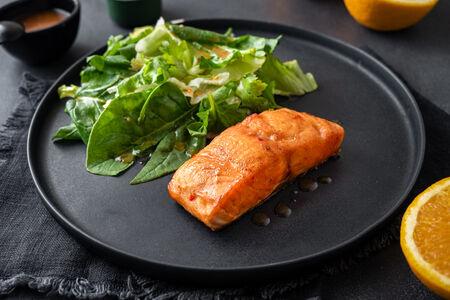 Стейк из филе лосося в пикантном соусе с зеленой фасолью