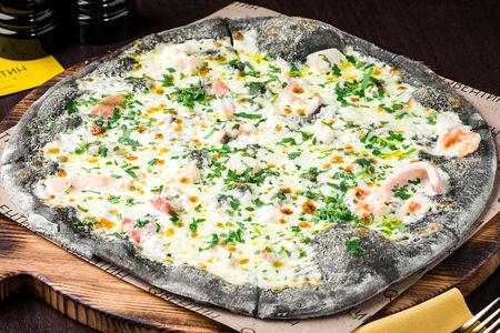 Пицца с морепродуктами на черном тесте