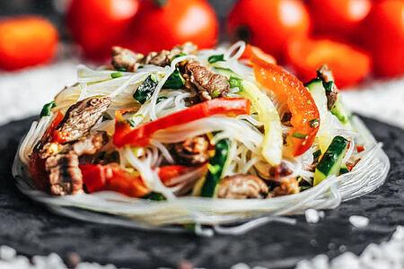 Салат с фунчозой и телятиной