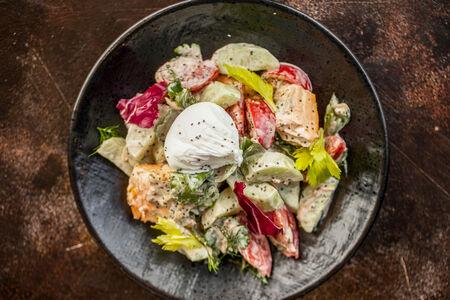 Салат огородный с лососем на пару
