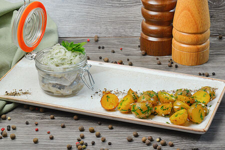 Сельдь слабой соли с маринованным лучком и мини картофелем