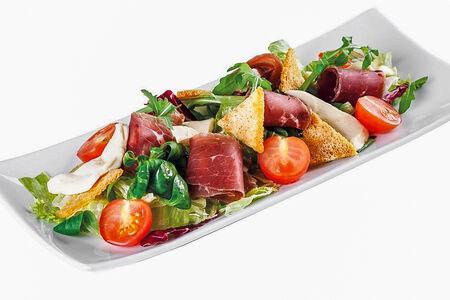 Салат с брезаолой и гренками