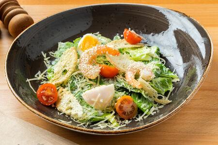 Салат Цезарь со сливочно- чесночными креветками