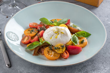 Салат Буррата с разными томатами