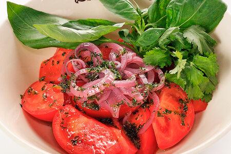 Салат Спелые томаты с красным луком и базиликом