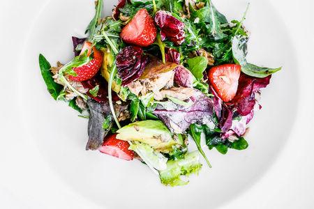 Салат с тунцом, авокадо и клубникой