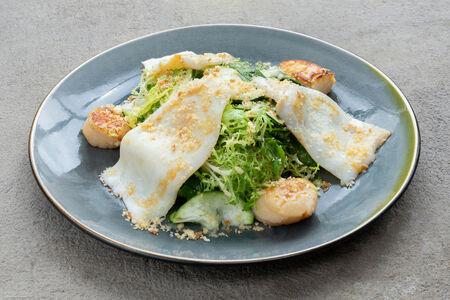 Салат с гребешком и кальмаром