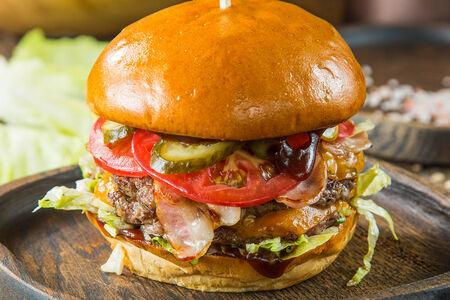 Фирменный двойной чизбургер с говядиной и беконом