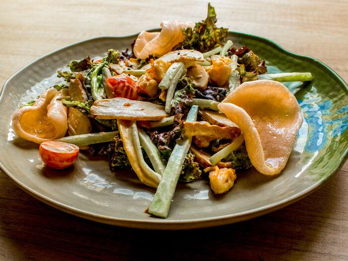 Овощной салат с курицей и креветками