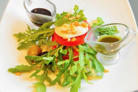 Мильфей из сыра моцарелла, томатов с соусом песто