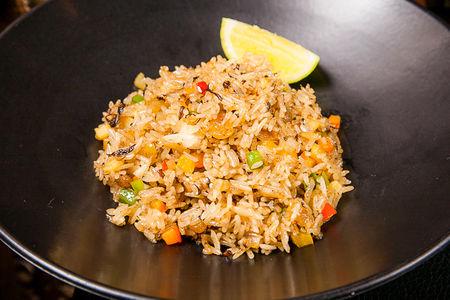 Сладкий рис с овощами, изюмом и ананасом
