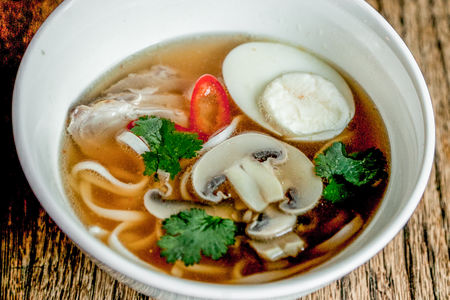 Пикантный суп с утиной грудкой, пшеничной лапшой, грибами и яйцом