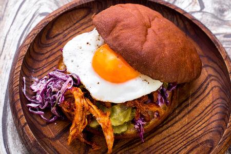 Бургер с томленой свининой с салатом коул слоу