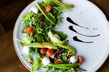 Салат из авокадо, черри и моцареллы