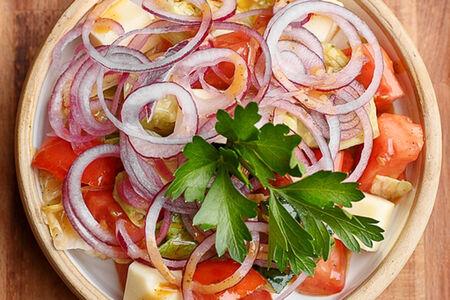 Салат из овощей с домашним сыром