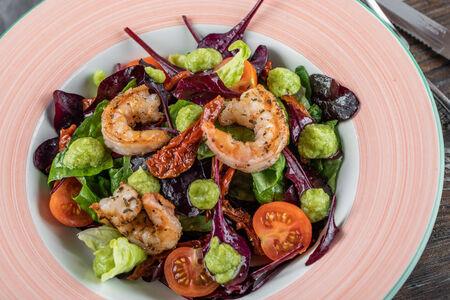 Салат с креветками и гуакамоле