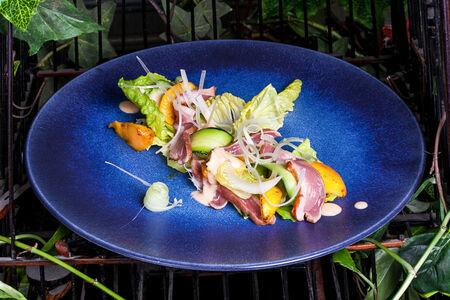 Салат с утиной грудкой и карамелизированным персиком