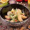 Фото к позиции меню Салат с карамелизованной грушей в семенах чиа