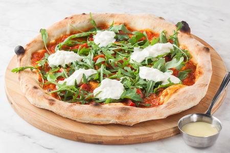 Пицца с томатами, рукколой и страчателлой
