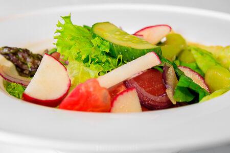 Салат из овощей с сезонными травами
