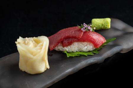 Суши с тунцом аками
