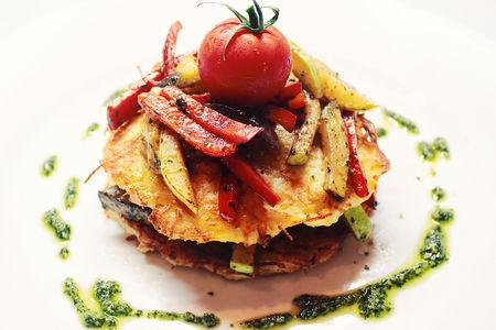 Драники картофельные с овощами и соусом песто