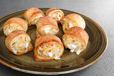 Пицца-роллы с моцареллой в сливочном соусе