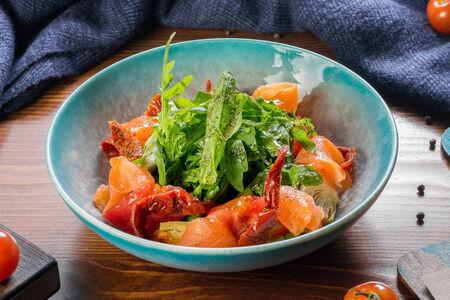 Салат с лососем, томатами, артишоками и рукколой