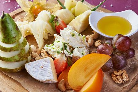 Сырно-фруктовая тарелка