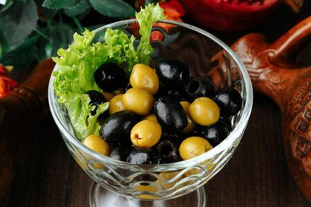 Ассорти из оливок и маслин