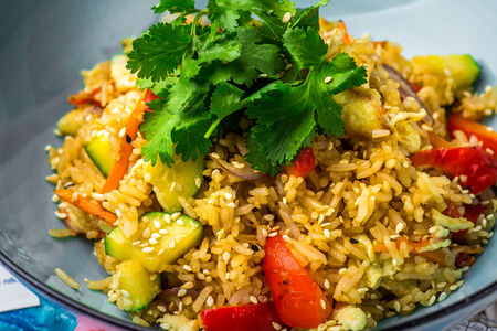 Жареный рис с омлетом и овощами