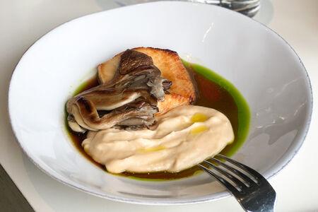 Палтус запеченный в медовой глазури с пюре из пастернака и цветной капусты