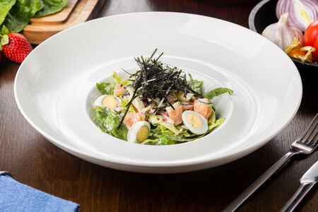 Салат из лосося с соусом шичими