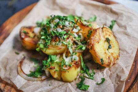Картофель жареный с зеленью и чесноком