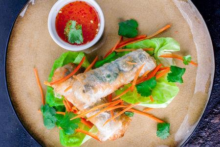 Жареные вьетнамские роллы Немы с креветками, свининой и овощами