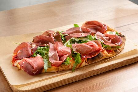 Пицца Брезаола и руккола